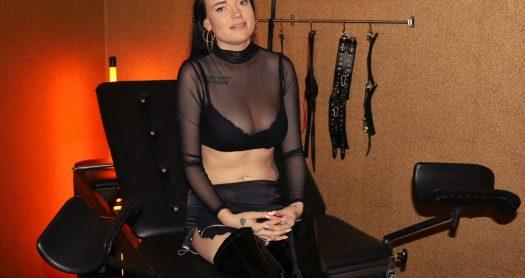Elisa (25) debuteert super kinky